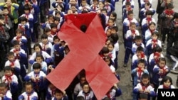 Anak-anak SD di Wuyuan, propinsi Jiangxi, Tiongkok memperingati hari AIDS Sedunia (30/11). Sebanyak 780.000 warga Tiongkok terinfeksi virus HIV tahun ini.