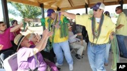 Para warga lansia menikmati parade tahunan Mardi Gras dengan berjoget di Houma, Lousiana, AS (foto: ilustrasi).