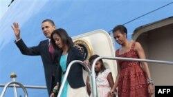 Tổng thống Hoa Kỳ Barack Obama với đệ nhất phu nhân Michelle Obama vài hai cô con gái Malia và Sasha đến phi trường Brasilia Air Base, Brazil, thứ Bảy ngày 19 tháng 3, 2011.