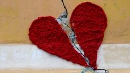 Gambar ini diambil pada 24 Maret 2020, menunjukkan patah hati yang diperbaiki dari wol oleh desainer Kroasia Ivona yang dipasang di sebuah bangunan di pusat kota Zagreb, Kroasia, setelah gempa bumi melanda negara itu pada 22 Maret. (Foto: AFP/Denis Lovrov