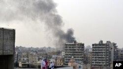 黎巴嫩的黎波利港上空弥漫焚烧车胎的黑烟,抗议情报主管在首都贝鲁特被杀