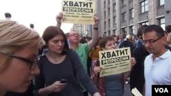 俄罗斯反对派领袖纳瓦尔尼的支持者2013年夏季聚集在国家杜马门前。示威者的口号是,停止政治迫害,释放政治犯,把今天的普京体制扔进垃圾堆。