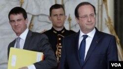 ລັດຖະມົນຕີພາຍໃນ ທ່ານ Manuel Valls (ຊ້າຍ) ແລະ ປະທານາທິບໍດີຝຣັ່ງ ທ່ານ Francois Hollande (ຂວາ)