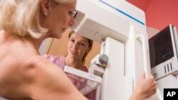 护士帮助人做乳房摄影检查