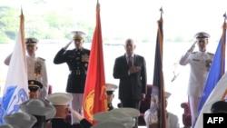 Bộ trưởng Quốc phòng Jim Mattis chủ tọa lễ bàn giao chức vụ Tư lệnh Bộ Tư lệnh Thái Bình Dương giữa Đô đốc Philip Davidson và Đô đốc Harry Harris tại Pearl Harbor, Hawaii, ngày 30/5/2018.