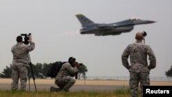 """美军发布的照片显示参加2017年美韩""""超级雷霆""""联合军演的美国空军人员和F-16战机。(2017年4月20日)"""