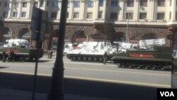 5月7日閱兵彩排中停在莫斯科市中心的北極武器裝備。(美國之音白樺攝)
