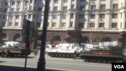 5月7日阅兵彩排中停在莫斯科市中心的北极武器装备。