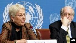 Mantan Jaksa Penuntut kasus kejahatan perang, Carla del Ponte (kiri) berbicara dalam sebuah konferensi pers bersama Paulo Pinheiro (kanan) Ketua Komisi Penyelidik Independen PBB untuk Suriah. (Foto:dok)