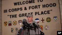 El teniente General Mark Milley habla con los periodistas a la entrada a la base militar estadounidense de Fort Hood, en Texas.