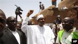 ທ່ານ Muhammadu Buhari ຜູ້ແຂ່ງຂັນປະທານາທິບໍດີ ໂບກມືໃສ່ປະຊາຊົນຫລັງຈາກທ່ານປ່ອນບັດແລ້ວ ທີ່ເມືອງ Daura ໄນຈີເຣຍໃນວັນເສົາ ວັນທີ 16 ເມສາ 2011.