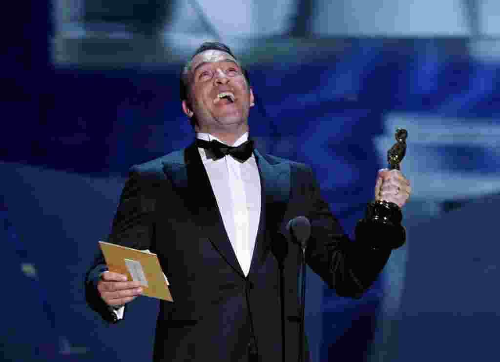 """El francés, Jean Dujardin, acepta el Oscar a mejor actor por su papel en """"El artista""""."""