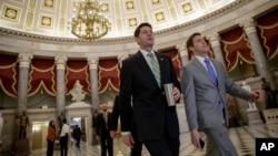 美国众议院议长保罗·瑞安2017年3月24日抵达国会山。在川普总统表明他将不再跟犹豫不决的共和党议员磋商之后,共和党的医保法案即将在国会面临投票大战。
