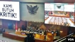 Suasana rapat paripurna DPR di gedung parlemen, hari Rabu (14/2). (VOA/Fathiyah)