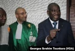 Michel et son père Laurent Gbagbo, à Abidjan. (VOA/Georges Ibrahim Tounkara)