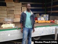 Saliou Gaye, vendeur de sacs a main dans les rues de Milan, 10 octobre 2015 (Nicolas Pinault/VOA)