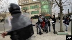 هێزهکانی پـۆلیسی دژه ئاژاوه تهرمی خۆپـیشـاندهره کوژراوهکه ههڵدهگرنهوه، سلێمانی، پـێـنجشهممه 17 ی دووی 2011