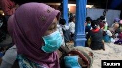 14일 인도네시아 자바 섬에서 화산이 폭발한 가운데 인근 마을 주민들이 긴급 대피하고 있다.