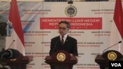 Menteri Luar Negeri Marty Natalegawa berbicara mengenai masalah penyadapan. (VOA/Andylala Waluyo)