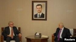 Menlu Suriah, Walid al-Muallem (kanan) bertemu dengan Wakil Menlu Rusia, Sergei Ryabkov di Damaskus (17/9).
