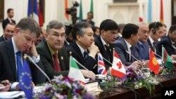 Para delegasi menghadiri konferensi perdamaian internasional di Kabul, Afghanistan, Selasa (6/6).