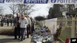 Dân chúng đến đặt hoa nơi trường 't Stekske ở Lommel, Bỉ để tưởng niệm các nạn nhân tử nạn