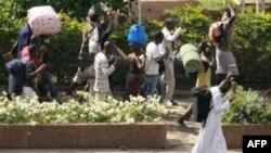 Thường dân bỏ chạy với đồ đạc của họ ở Abidjan, ngày 5/4/2011