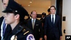 Savetnik Bele kuće Džered Kušner sa advokatom Abom Louvelom dolazi na Kapitol Hil 25. jula 2017.