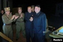북한의 대륙간탄도미사일(ICBM)인 '화성-14'형 발사장에서 김정은 국무위원장(오른쪽)이 기뻐하는 모습. (KCNA/Reuters)