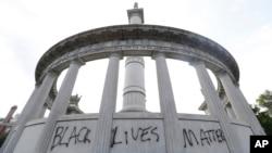 """""""Црните животи значат"""", напишано со авто-спреј на споменикот на поранешниот претседател на Конфедерацијата, Џеферсон Дејвис, во Ричмонд, сојузната држава Вирџинија"""