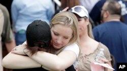 美国佛罗里达州奥卡拉森林高中发生枪击事件,学生们在附近的奥卡拉第一浸信会教堂集合,互相安慰,并等待家长来接。(2018年4月20日)