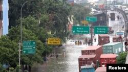 Banjir yang melanda Jakarta pada Januari 2013 dikatakan memicu inflasi karena telah menghambat distribusi pangan. (Foto: Reuters)