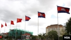 FILE - Cambodia's and Vietnam's flags fly in Phnom Penh, June 14, 2016. (Hean Socheata/VOA Khmer)