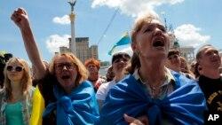 우크라이나 수도 키예프에 모인 시위자들이 포로셴코 대통령에게 휴전 중단을 촉구하는 시위를 벌이고 있다.