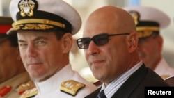 Посол Адам Эрели (справа)