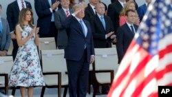 Le président des États-Unis Donald Trump, au milieu, la première dame des États-Unis, Melania Trump, à gauche, et le président français, Emmanuel Macron, à droite, saluent les militaires au le défilé traditionnel de la Bastille Day sur les Champs Elysées,