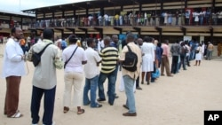 Des électeurs font la queue pour voter à Libreville, Gabon, le 30 août 2009.