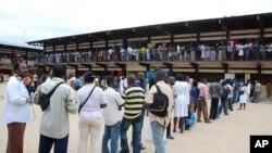 Des électeurs font la queue devant un bureau de vote à Libreville, Gabon, le 30 août 2009.