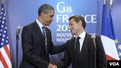Presiden AS, Barack Obama bersalaman dengan Presiden Perancis Nicolas Sarkozy pada KTT G8 di Deauville (27/5).