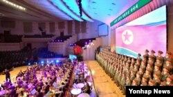 1일 평양 인민극장에서 열린 조선민주주의인민공화국 최고인민회의 제12기 제7차회의에 참가한 대의원들이 공훈국가합창단공연 '조선은 결심하면 한다'를 관람하고 있다.