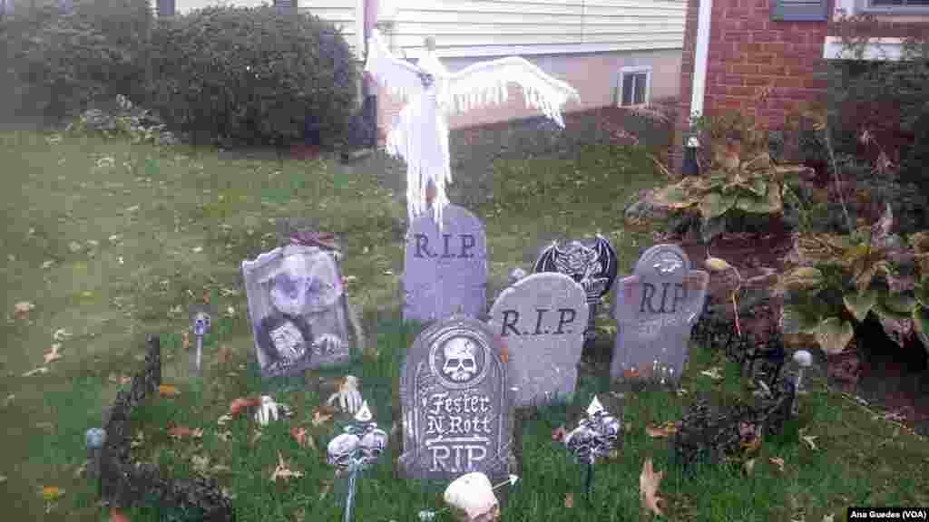 """Jardins de residências decorados sob o tema """"Dia das Bruxas"""" em Virgínia, EUA."""