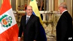 El presidente de Perú, Pedro Pablo Kuczynski, y el presidente del Congreso venezolano, Julio Borges, después de su reunión privada en el palacio del gobierno en Lima, Perú, el jueves 11 de mayo de 2017.