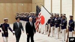 Vis Prezidan ameriken an, Mike Pence, ansanm ak premye minis japonè a Shinzo Abe kap pase an revi militè yo nan Tokyo, 7 fevrieye 2018.