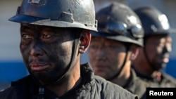 중국 산시성 허쉰현의 한 탄광에서 광부들이 석탄 채굴 작업을 마친 후 씻기 위해 기다리고 있다. (자료사진)