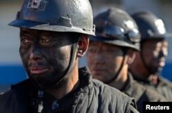 山西省和顺县的煤矿工人在排队等候洗澡 (2014年12月5日)中国不少煤矿实施停产、停建