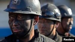 中国山西一些煤矿工人等待洗澡。(2014年12月5日)中国很多煤矿工人失业