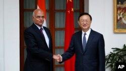 中国国务委员杨洁篪(右)2月10日在新德里会晤印度国家安全顾问梅农