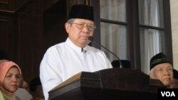 Mantan Presiden Susilo Bambang Yudhoyono dalam jumpa pers di kediamannya di Cikeas (Selasa malam 14/2) , menanggapi tudingan Mantan Ketua KPK Antasari Azhar yang menyebut dirinya mendalangi kriminalisasi terhadap mantan komisi antirasuah itu. (VOA./Fathiyah Wardah)