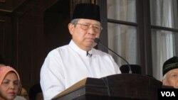 Mantan Presiden Susilo Bambang Yudhoyono dalam jumpa pers di kediamannya di Cikeas (VOA/Fathiyah Wardah).