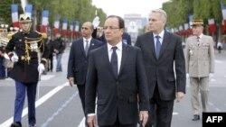 Tổng thống Pháp Hollande (giữa) cùng Thủ tướng Ayrault và Bộ trưởng Arif đi trên đại lộ Champs-Elysees trong cuộc diễu hành quân sự hàng năm nhân ngày Quốc Khánh ở Paris, 14/7/2012